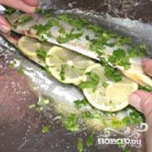 Скумбрия с травами и лимоном, запеченная в фольге - фото шаг 2