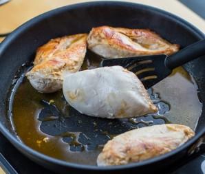 Курица в сметане с луком - фото шаг 4