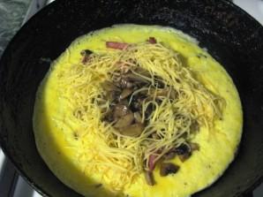 Омлет с лисичками и колбасой - фото шаг 3