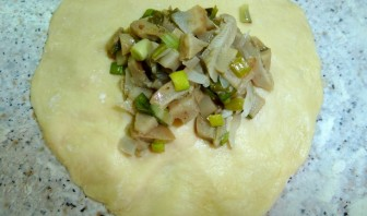 Пирожки с солеными грибами - фото шаг 8