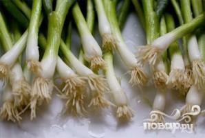 Салат с макаронами, зеленым луком и сыром - фото шаг 2