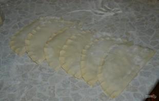 Чебуреки с сочной начинкой - фото шаг 4