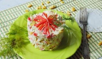 Салат с крабовыми палочками и сухариками - фото шаг 6