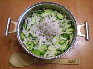 Огуречный салат с луком на зиму - фото шаг 4