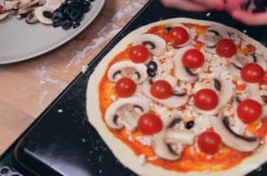 Легкая пицца с хрустящей корочкой - фото шаг 4