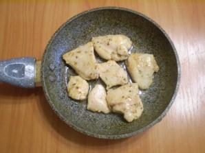 Куриное филе кусочками на сковороде - фото шаг 5