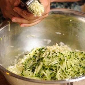 Салат из капусты и огурцов - фото шаг 9