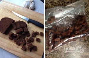Сухарики из черного хлеба с чесноком - фото шаг 1