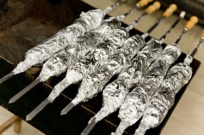 Картошка с салом в фольге на костре - фото шаг 5
