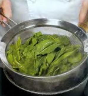 Зелёный салат с орехами и изюмом - фото шаг 1