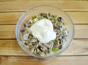 Салат с грибами и огурцами - фото шаг 8