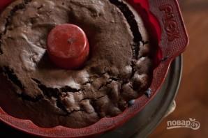 Шоколадный пирог с вишней и миндалем - фото шаг 8