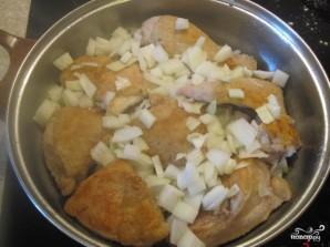 Курица, тушенная с луком - фото шаг 3
