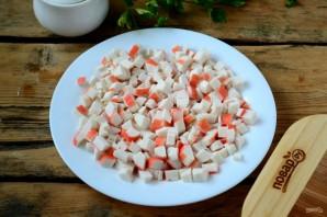 Слоеный салат с крабовыми палочками (вкусно и просто) - фото шаг 2