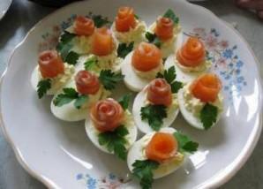 Яйца, фаршированные семгой - фото шаг 9