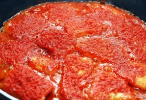Рыба, тушенная в томатном соусе - фото шаг 7
