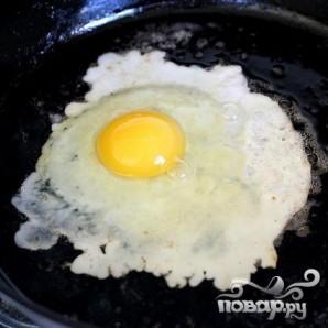 Яичница с тостами и салатом - фото шаг 5