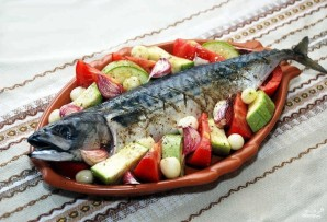 Скумбрия с овощами в духовке - фото шаг 8