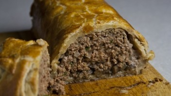 Мясо, запеченное в тесте - фото шаг 11