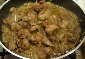 Печень куриная, тушенная с луком - фото шаг 4