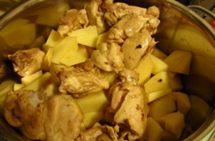 Картошка с курицей, тушеная в кастрюле - фото шаг 4