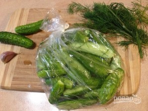 Рецепт засолки огурцов в пакете - фото шаг 6