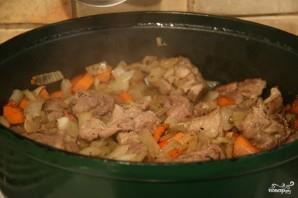 Картошка с мясом в чугунке в духовке - фото шаг 7