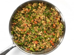 Рис с овощами на сковороде - фото шаг 7