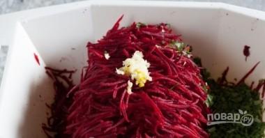 Салат из сырой свеклы (простой рецепт) - фото шаг 4
