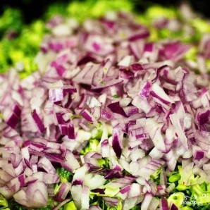 Салат из брокколи с изюмом и семечками - фото шаг 4