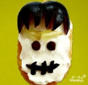 Быстрая закуска из крекеров на Хэллоуин - фото шаг 2