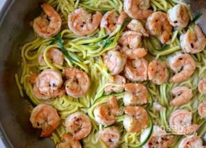 Зеленые спагетти из кабачков (цукини) с креветками - фото шаг 4