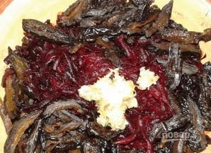 Салат с грецким орехом и черносливом - фото шаг 6