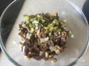 Салат с куриными сердечками и грибами - фото шаг 8