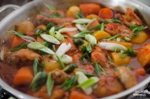 Курица, тушенная с луком и морковью - фото шаг 3