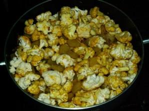 Тушеная картошка с цветной капустой - фото шаг 6