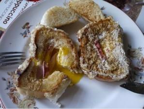 Яичница в хлебе с колбасой и сыром - фото шаг 4