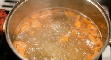 Суп из куриных сердечек с клецками - фото шаг 4