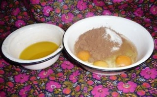 Шарлотка с какао и яблоками  - фото шаг 2
