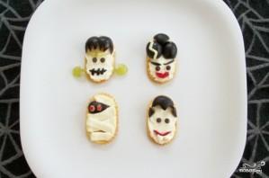 Быстрая закуска из крекеров на Хэллоуин - фото шаг 5