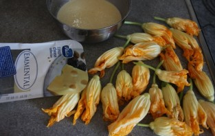 Жареные цветы кабачков - фото шаг 2