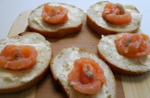 Маленькие бутерброды с семгой - фото шаг 4