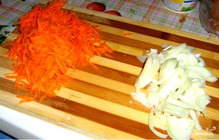 Щука, тушенная с морковью и луком - фото шаг 3