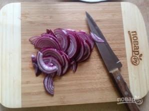 Салат из рукколы, лука и фиников - фото шаг 2