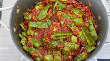 Зеленая фасоль, тушенная с томатами - фото шаг 3