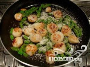 Морские гребешки с зеленой спаржой и пармезаном - фото шаг 4