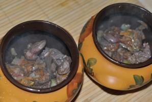 Куриные сердечки в горшочках с гречкой - фото шаг 4