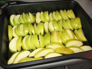 Шарлотка с клубникой и яблоками - фото шаг 1