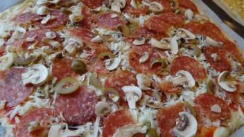 Пицца с колбасой и грибами - фото шаг 4