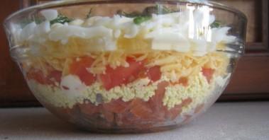 Салат с красной рыбой, яйцами и помидорами - фото шаг 6